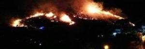 """SPERLONGA – Collina avvolta dalle fiamme e abitazioni in pericolo. A Fondi evacuato il camping """"Le Dune"""""""