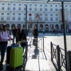 TERMINI - Rissa fra tassisti abusivi per accaparrarsi una corsa: calci e pugni davanti ai turisti