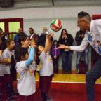 Andrea Lucchetta gioca con i bambini della Volley Team Monterotondo: