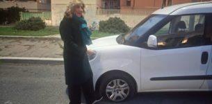 """OSTIA – Minacce alla trasmissione """"L'aria che tira"""": squarciate le ruote al furgone della troupe"""