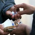 Droga: Puscher incontra il cliente sul GRA, arrestato