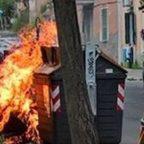 Rivolta per i rifiuti in strada: cassonetti in fiamme