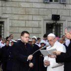 Papa Francesco a piazza di Spagna prega per i romani: «Liberali dalla maleducazione civica»