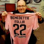 """Il Palermo Calcio regala al romanista Carlo Verdone maglia rosanero numero 22 """"Benedetta Follia"""""""