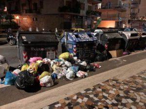 Rifiuti a Roma in prossimità del capolinea della Metro A Battistini, 4 gennaio 2017