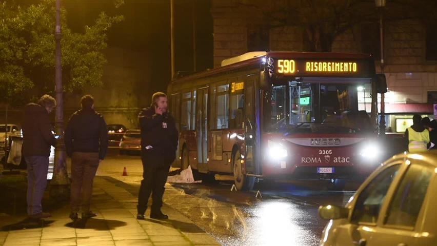Roma, bus travolge e uccide uomo: trascinato per 15 metri
