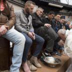 Papa, messa lavanda dei piedi: 'Mi devo operare di cataratta'