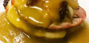 Mille foglie di carne di maiale e caciocavallo silano su una crema di cannella