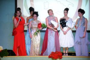 palcoscenico con modelle da sinistra Contessa Emilia Pglicci Reattelli, Baronessa Loredana Dell'Anno e presentatrice Barbara Castellani