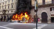 Bus in fiamme in via del Tritone, l'autista eroe