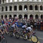 Giro d'Italia, proteste per le buche di Roma