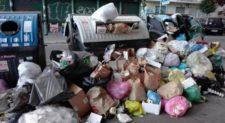 Imbarazzante, la capitale affoga nei rifiuti. Di nuovo