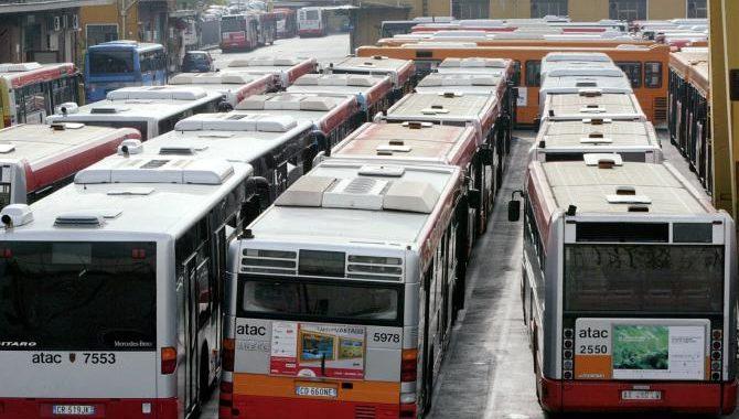 Trasporto pubblico al collasso<br>300 mezzi fermi nei depositi per guasti