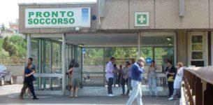 Paura al pronto soccorso del Sandro Pertini: un uomo ubriaco urla e aggredisce i poliziotti con un coccio di vetro