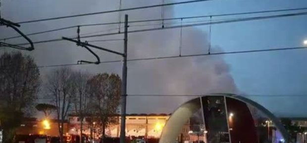 Brucia impianto rifiuti,<br> odore acre in centro a Roma