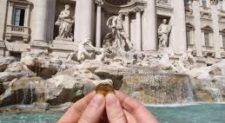 """Monetine della Fontana di Trevi """"tolte"""" alla Caritas di Roma, interviene la Raggi: """"Stiamo valutando"""""""