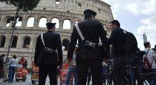 Accerchiano turisti per derubarli: fermata baby gang