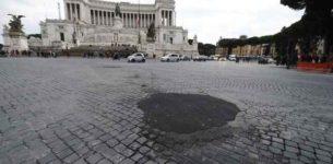 PIAZZA VENEZIA – Inciampa nella buca: «Non era attenta». No al risarcimento