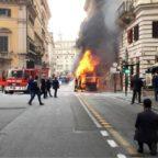 Bus in fiamme nel centro di Roma, chiusa la strada