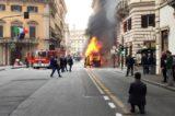 Bus in fiamme nel centro di Roma,<br> chiusa la strada