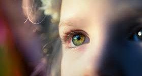 Occhiali, berretto e antiossidanti per proteggere la macula dai danni del sole