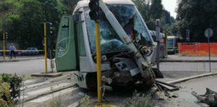 FLAMINIO – Tram si scontra con una Bmw e finisce contro palo: tre feriti