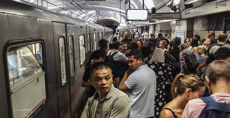 Metro di Roma, passeggeri a piedi in galleria