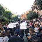 Chiesa gremita per i funerali di Gaia e Camilla. L'omelia: