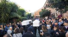 """Chiesa gremita per i funerali di Gaia e Camilla.<br> L'omelia: """"Il senso della vita è guidare fatti o sbronzi?"""""""