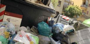 """Rifiuti a Roma, """"inabile"""" un netturbino su tre: non può salire sui camion"""