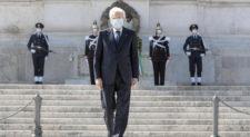"""25 aprile, Mattarella all'altare della Patria da solo.<br> Conte: """"Viva l'Italia liberata e che resiste"""""""