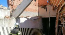 Crollo a Colli Aniene, caduto il tetto in via Tamburrano di una rimessa di bus e auto