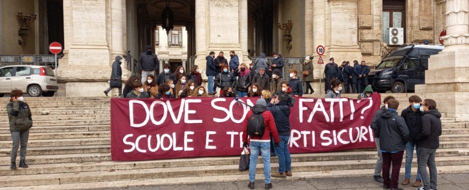 Studenti e Insegnanti manifestano al MIUR.<br> La pioggia non ferma le proteste
