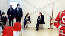 Il Premier Draghi si è vaccinato con la moglie<br> all'hub della stazione Termini